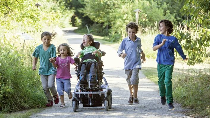 Prieteni cu dezabilitati carucior cu rotile